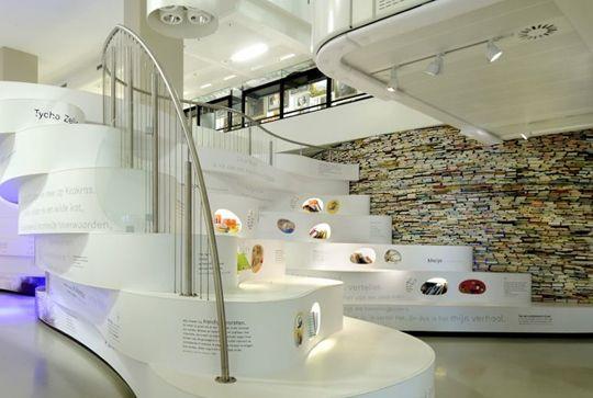 オランダのハーグにある「The Children's Book Museum」が、素晴らしい展覧会を企画しました。アムステルダムのエージェンシー、PlatvormのGrob Enzoによってデザインされたこちらの図書館。    壁一面が本によって構成されており、本だけでなく、インタラクティブメディアや、ゲームなども含まれており、それらが子供たちの「読み書き」することへの気持ちを高めています。    内装は氷の洞窟を感じるようなデザインになっており、対照的に赤く深い峡谷と白い木をイメージしたものが形作られています。各所にインタラクションのあるスクリーンが設置されていて、さまざまなレベルの座って、読むスペースが作られています。    展覧会の開催期間を通して、様々な言葉が壁に書かれていくのですが、「インクを食べてしまう人」と呼ばれる悪者が、壁に書かれた文字を削っていってしまいます。子供たちはそのいたずらをおいかけて、言葉が破壊されていってしまうのを防ぐべく、本を読んだり、タッチスクリーンやインタラクティブなコンピューターを使用して、自分で考えたストーリーや詩を書いていきます。…