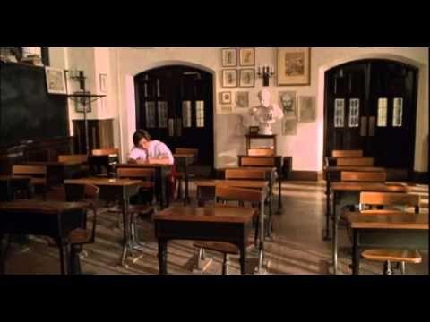 """O Clube do Imperador William Hundert é um professor da St. Benedict's, uma escola preparatória para rapazes muito exclusiva que recebe como alunos a nata da sociedade americana. Lá Hundert dá lições de moral para serem aprendidas, através do estudo de filósofos gregos e romanos. Hundert está apaixonado por falar para os seus alunos que """"o caráter de um homem é o seu destino"""" e se esforça para impressioná-los sobre a importância de uma atitude correta. Repentinamente algo...."""