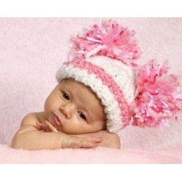 Cheerleader. Simpático gorrito blanco con raya de adorno rosa y destacados pompones en distintas tonalidades de rosa y blanco. Muy femenino y tierno.