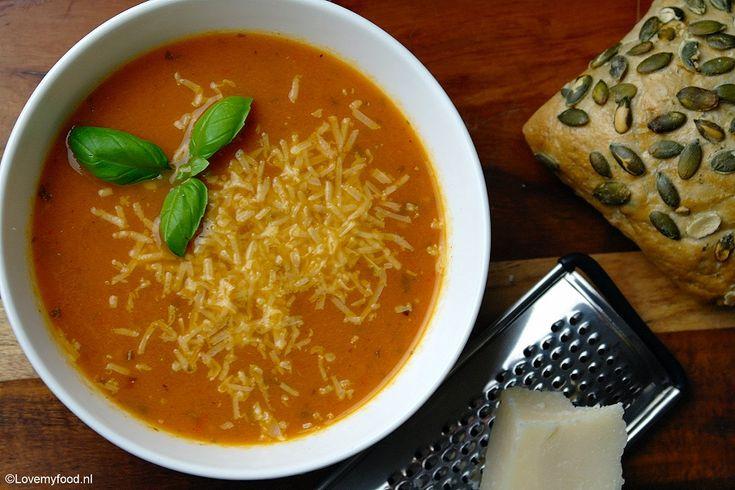 Zelfgemaakte tomatensoep is één van de lekkerste dingen die er zijn! Vooral als je de tomaten eerst roostert in de oven. Door het roosteren krijge