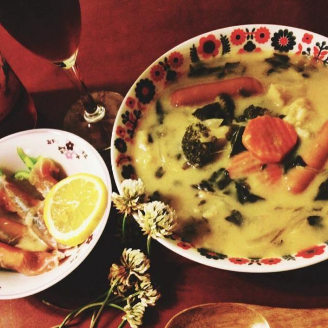 5/1 晩ご飯 クリームシチュー、ピーマンとチーズの生ハム巻き  残業だったので、冷凍野菜も放り込んだお手軽シチュー。 チープな赤ワインと。 - 125件のもぐもぐ - 野菜のクリームシチュー by mintlitchi00