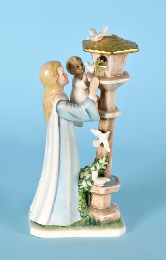 """Figur - Mutter mit Kind am Taubenschlag """"Goebel"""" Porzellan, farbig gefasst, auf Sockel, H= 27 cm, En"""