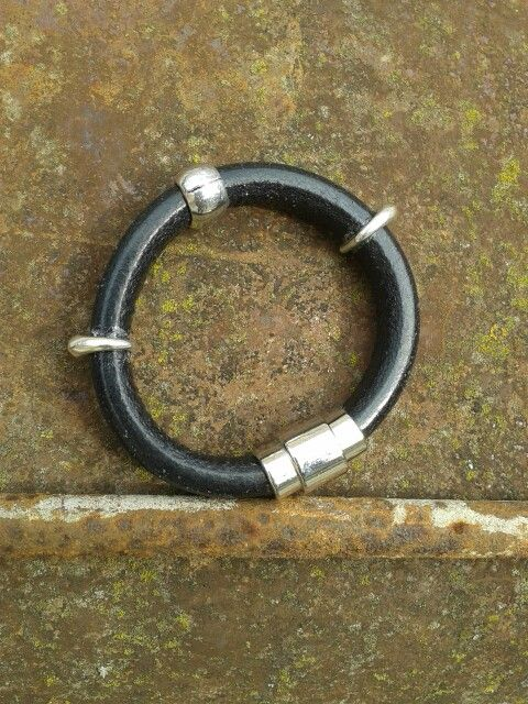 Leather bracelet with 3 ornaments and magnetic clasps.