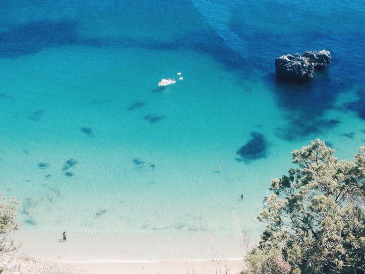 Praia da Ribeira do Cavalo, Sesimbra, Portugal // instagram @aniawestwood