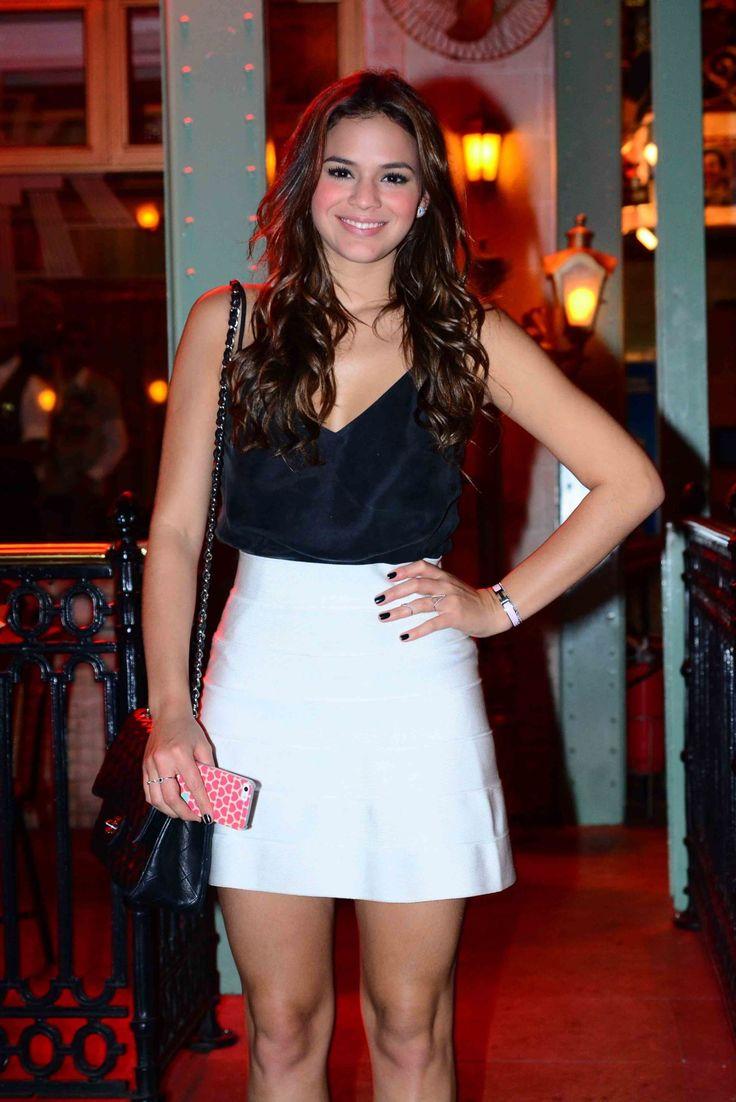 Bruna Marquezine usa look preto e branco para jantar com amigos em São Paulo