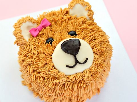 Is this not the cutest cake ever? Perfect teddy colour, and a super adorable bow make this the perfect cake for a little ones birthday.