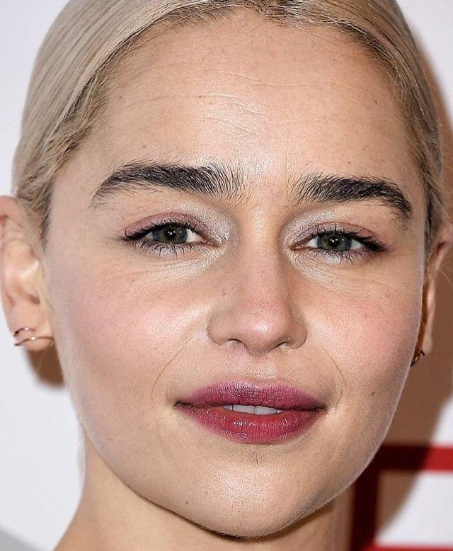 возможна эмилия кларк фото без макияжа приводит