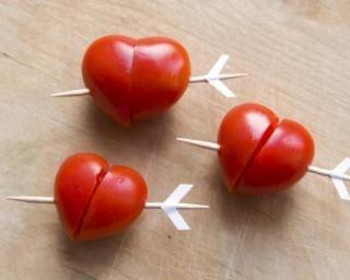 Tomates-cerise apéritives en cœur percé : http://www.fourchette-et-bikini.fr/recettes/recettes-minceur/tomates-cerise-aperitives-en-coeur-perce.html