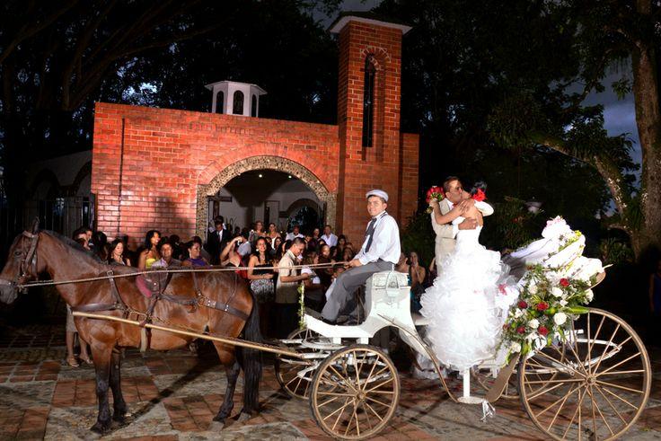 Una toma fotográfica imperdible después de la ceremonia de los novios en el carruaje. #FotografiaDeBodasEnCali