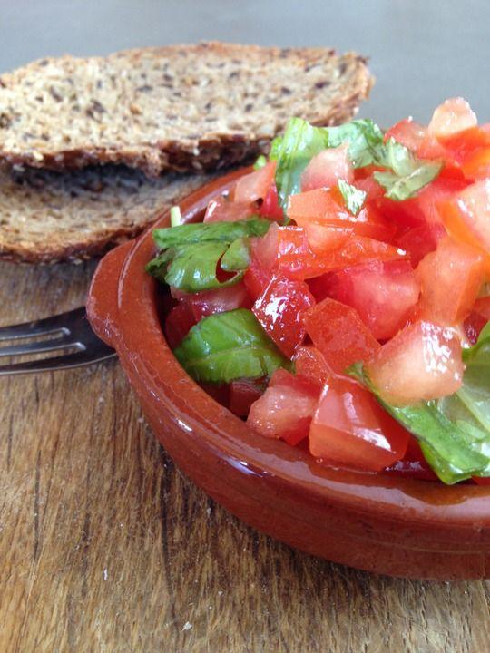 Zo makkelijk maar oh zo lekker en gezond. Deze bruschetta met tomaat is simpel, goedkoop en onwijs lekker! Ideaal voor bij een bbq of een borrel!