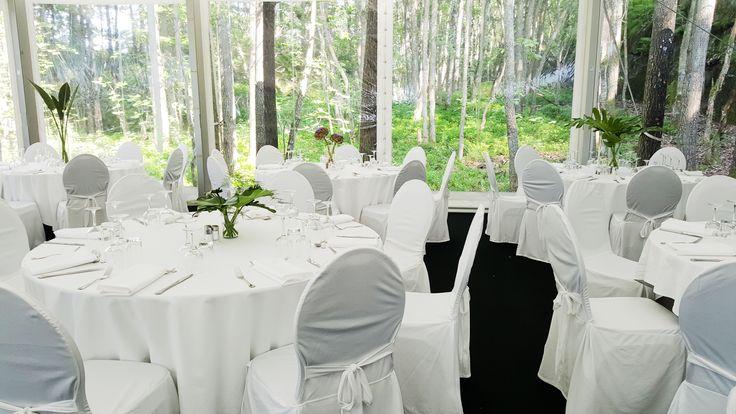 Bryllupstelt ferdig satt opp og dekorert. Nydelige omgivelser som kan ses med panorama vinduer