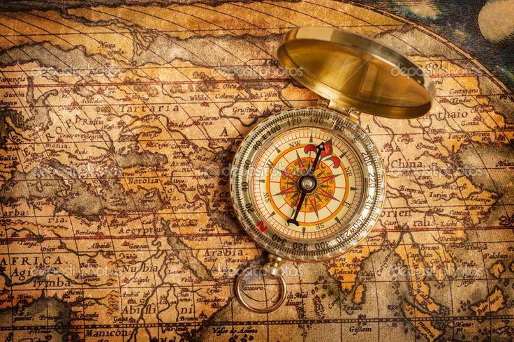 bússola de ouro vintage velha no mapa antigo — Imagem Stock #13336225