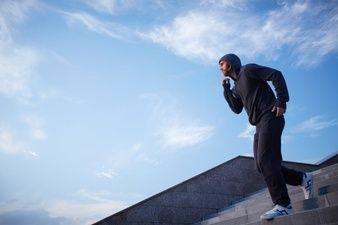 Hombre atlético trotando al aire libre