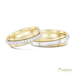Bicolor Eheringe Paratii mit Diamanten von wunderring®. Turn-Trauringe: Ein äußerer Ring schmiegt sich an einen Inneren und die beiden drehen sich umeinander.   750er Gold, €2770 #Weißgold #Gelbgold #Diamanten