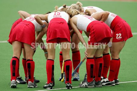 The English team huddle during the Women's Hockey match between England and Canada during Day 2 of the Melbourne 2006 Commonwealth Games at the State Netball Hockey Centre March 17, 2006 in Melbourne, Australia.  (Photo by Kristian Dowling/Getty Images)