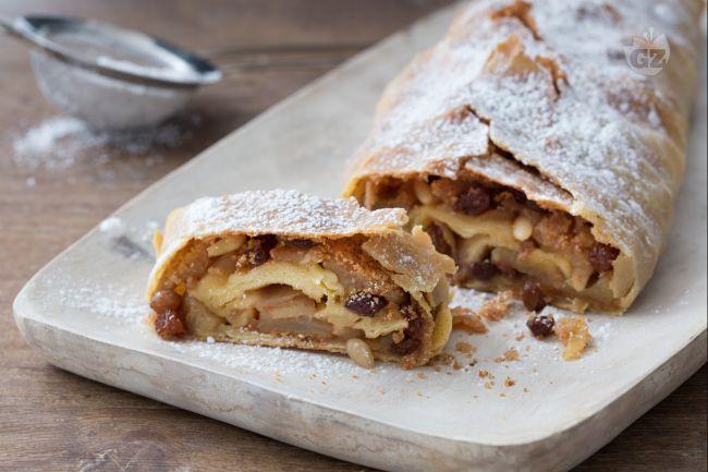 Lo strudel è un dolce tipico del Trentino, ma originario della Turchia: un rotolo rotolo di pasta ripieno di mele uvetta, pinoli e cannella!