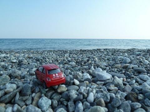 Little red Fiat500: Egyik délután elmentem megnézni a Jón-tengert, kíváncsi voltam, hogy miben különbözik a Tirrén-tengertől. Nos, sokkal kevesebben járnak oda, szinte kihalt az egész partszakasz, nincsenek hegyek és hegyre épült cuki városok, csak maga a tenger. Azért az sem rossz :)/