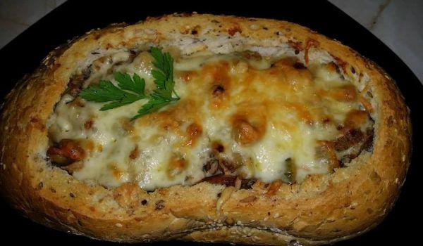 Вкусно пълнено хлебче - Рецепта. Как да приготвим Вкусно пълнено хлебче. Нарежете лука и гъбите на полумесец...