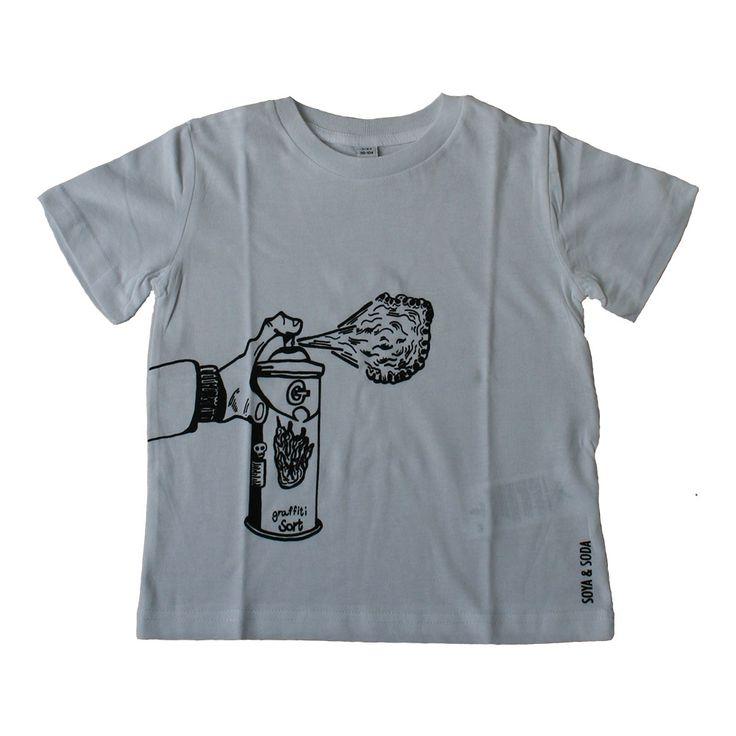 SOYA & SODA t-shirt med spraydåse. Lækker og super sej økologisk t-shirt fra SOYA & SODA. Hvid med sort tegning af graffiti spraydåse.