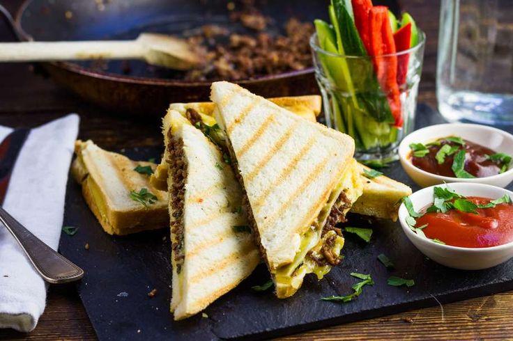 Recept voor vlammetjes tosti voor 4 personen. Met zout, boter, peper, gehakt, kaas, brood, piri piri, komkommer, paprika en tomatenketchup