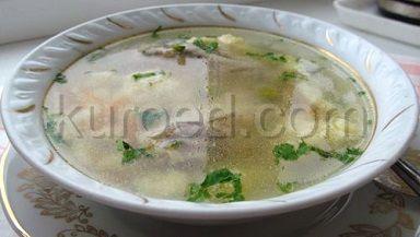 Куриный суп с клецками и зеленым горошком
