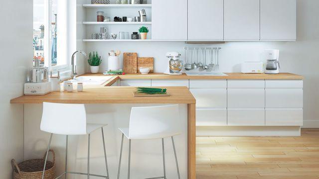 Idée table haute cuisine 2 chaises Association plan de travail bois clair + meubles avec façade blanche.