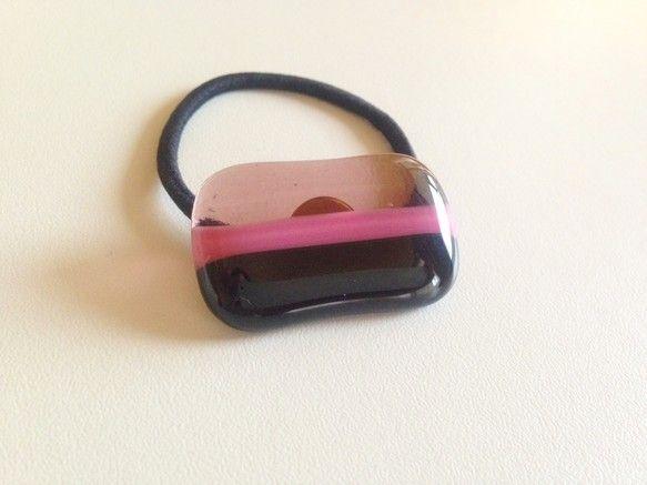 ガラスを焼いてつくったヘアゴムです。不透明の黒とピンクに、透明のうすい紫を組み合わせたボーダー柄です。縦 約2.5㎝×横 約3.5㎝ゴムの色 黒小...|ハンドメイド、手作り、手仕事品の通販・販売・購入ならCreema。