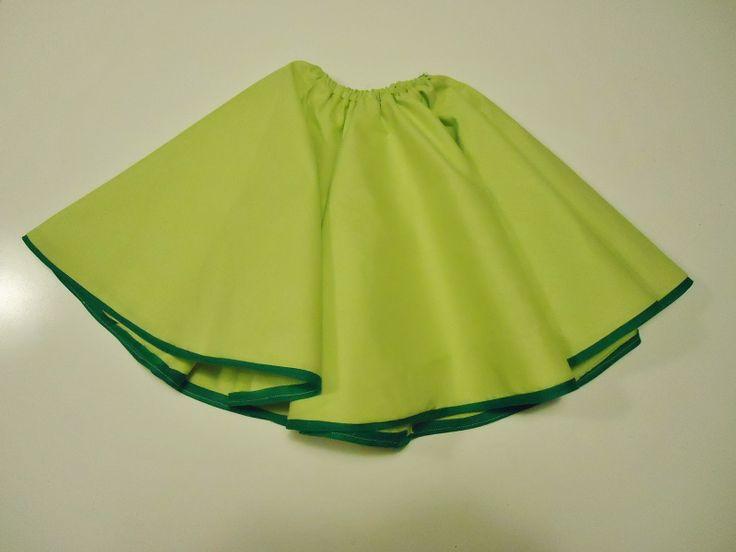DIY cirkelrokje gemaakt van licht groene stof en donker groen biezeke