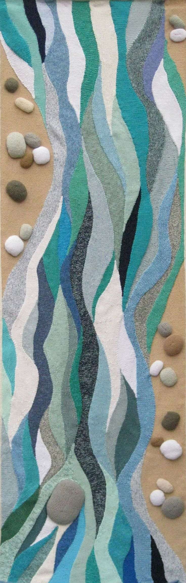 Fluire #arazzo sui generis: fettucce di #maglia, realizzate a mano, modellate con aumenti, diminuzioni e sospesi, cucite affiancate e montate su un tessuto da arredamento. #handmade #knitting #3Dtextile terzo premio #artigianatovivo #cison