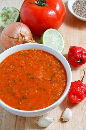 Habanero Salsa (1 cucharada de aceite 1 cebolla pequeña, picada 2 dientes de ajo, picado 1 cucharadita de comino tostado y molido 2 tazas de tomates en cubitos o 1 (14 onzas) de tomates picados 1-2 chiles habaneros, picado 1 manojo de cilantro, picado 1 / 2 limón, jugo)