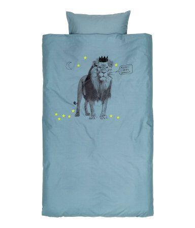 Et sengesett i fintrådet bomullskvalitet med trykt motiv. Et putevar. 30s-garn. Trådtetthet 144.