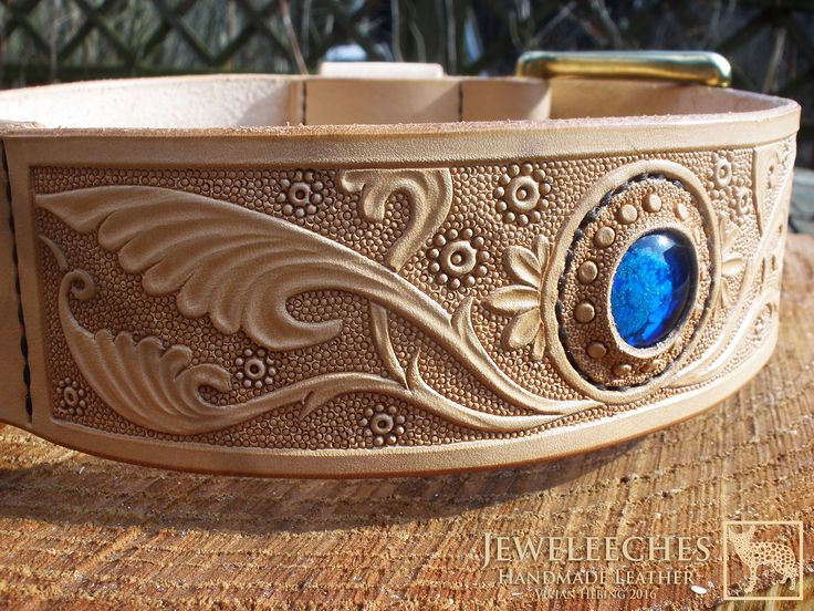 Made a leather dog collar for a stunning Golden Retriever 'Prins', it means Prince in Dutch! Of course with my own glass beads! Handmade leather art work by Jeweleeches Vivian Hebing! Do you want to see more of my work, you can find me on Facebook, Youtube and Etsy too! On Youtube you can see my tutorial video's! https://www.youtube.com/channel/UCaFFog0cL9EV5ITUjTO_0hw