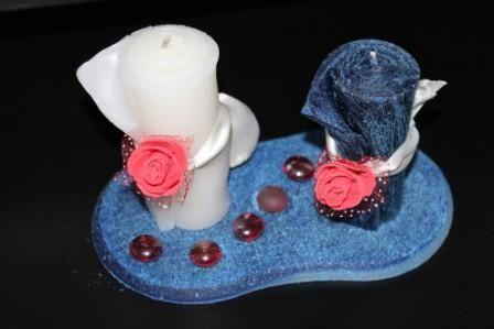 https://flic.kr/p/DaUG7K   CENTRO DE MESA ARTESANAL – HECHO DE CERA   Centro de mesa compuesto de dos velas enrolladas, una blanca y una azul de cobalto, de 45 x 95 mm, decoradas con una rosa roja de fieltro y una cinta blanca + un plato de cera blanco y azul, de 180 x 90 mm, que tiene una particular forma ovalada, decorado con seis piedritas rojas brillantes y una roja opaca. Con aceite esencial 100% natural de limón.   Artesanal.  También en:  www.ilmiomondoincera.com