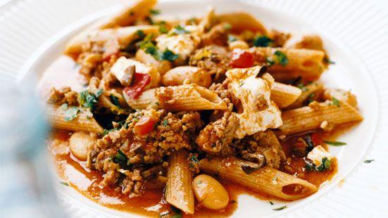 Penne med lammfärssås, fetaost, oliver och kapris