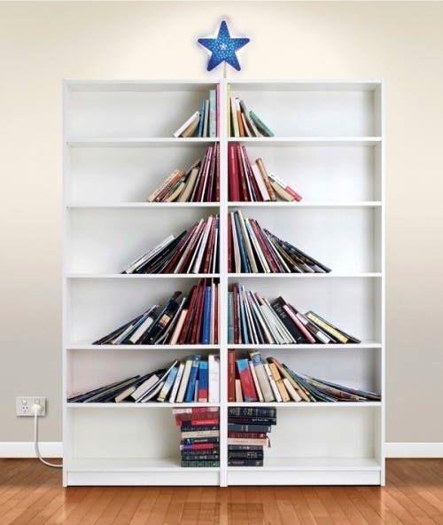 Transformation d'une bibliothèque en sapin de Noël !  http://www.homelisty.com/deco-noel-pas-cher/