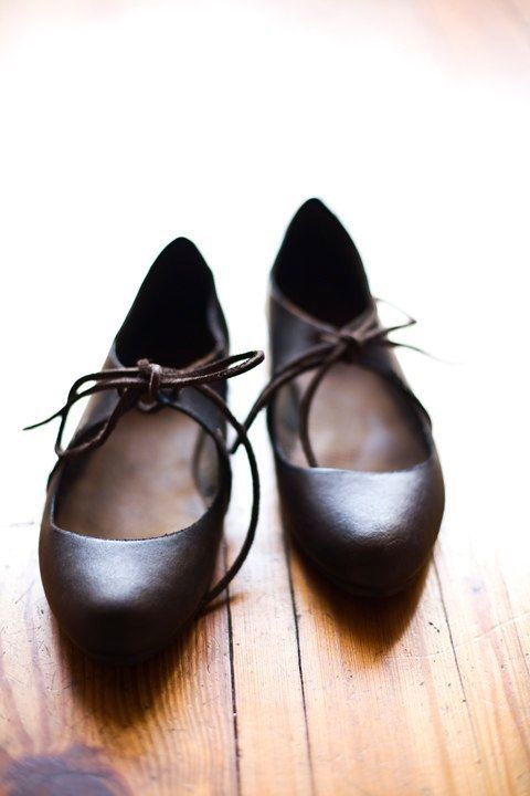 |Scarpe basse in pelle nera allacciate alla caviglia| Ottime per passeggiare comodamente senza rinunciare ad essere eleganti. Particolari, perfette per caviglie magre :-)