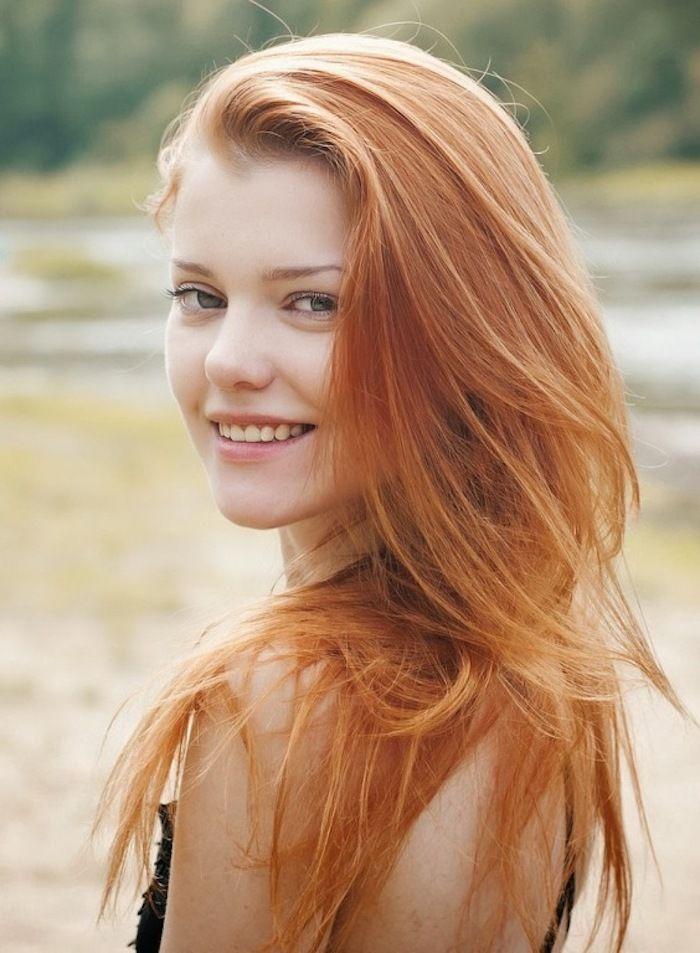 comment adopter le blond roux en toute douceur, cheveux longs blonds aux reflets cuivre et miel