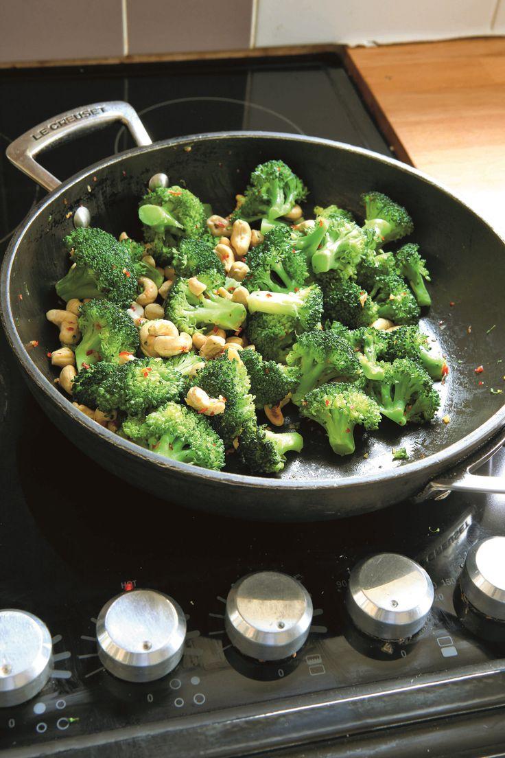 broccoli, cashewnødder, olivenolie, chili, hvidløg, sojasauce