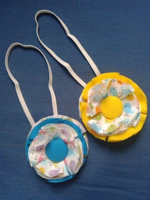 Fasce per capelli con fiore in tessuto e bottone centrale / Headband with fabric flower and central button