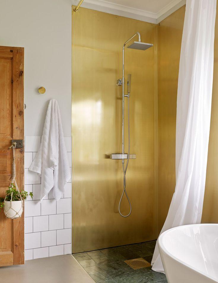 Hotellyxigt badrum – badrumsinredning i mässing och grön marmor