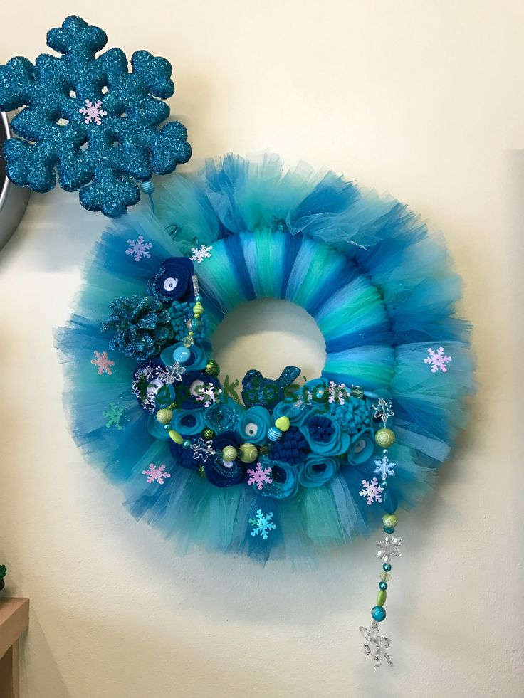 Winter Tulle Wreath with handmade felt flowers. Next is glittered snowflake, pinecone and bird. And of course a bead garland. This wreath is great for this season between Christmas and Spring. Around 40 cm.