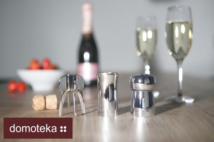 """Idealny zestaw dla koneserów szampana. W zestawie znajduje się: - szczelny oraz elegancki korek do szampana, aby bąbelki nie wyparowały, gdy trunek nie został do końca wypity; - nalewak do szampana, teraz już żadna kropelka nie spłynie po butelce, a nalewanie trunku będzie przyjemniejsze; - otwieracz do korka - od teraz będzie to prosta i nieskomplikowana czynność, a dodatkowo trunek """"nie wybuchnie"""". Inspiracja od QFormy."""