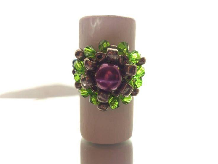 Anillo diseño flor, tejido en verde, gris y violeta