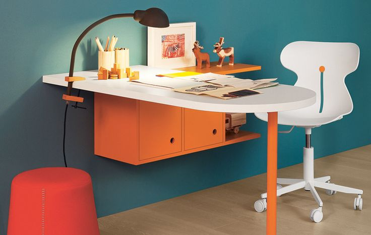 Poly Desk - Bianco-coloured desk on carota-coloured Poly leg and Luce wall unit. #nidi #nididesign #design #interiors #kids #kidsbedroom #desk #furniture