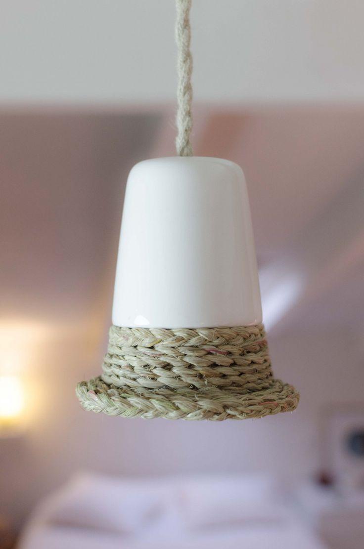 #Lámpara 'Llum de llevant'. #Cerámica y #esparto. Inspirada en el #Mediterráneo. Clica para ver más.