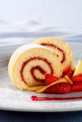 Rico rollo de pastel relleno de mermelada de fresa
