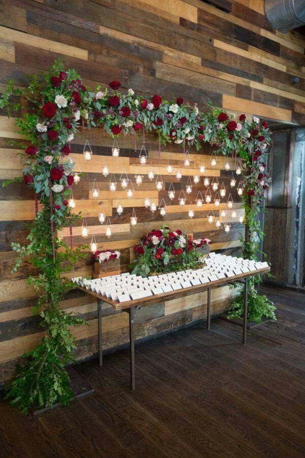 Seating plan enmarcado con flores y con velas                                                                                                                                                     Más