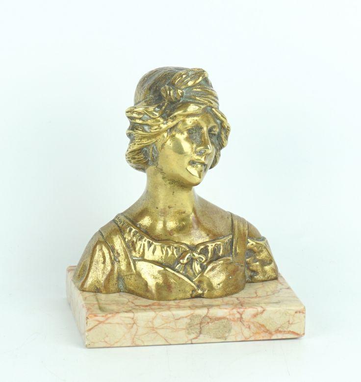 Franse school ca. 1900, een bronzen buste van een jonge vrouw, op marmeren voetstuk