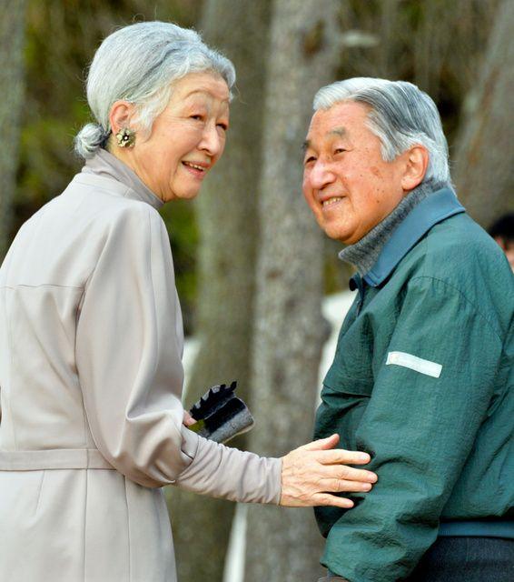 海岸の散策を終え、葉山御用邸に向かう天皇、皇后両陛下=5日午後、神奈川県葉山町
