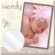 Toile photo naissance qui reprend non seulement la photo et le prénom du bébé, mais aussi ses date et lieu de naissance, son poids, sa taille. Et c'est quoi ce truc rond en bas à gauche ? Un miroir. Un miroir ? Eh oui, car plus tard, votre enfant appréciera lui aussi ce tableau qui lui permettra à la fois de se voir quand il était bébé mais aussi de découvrir et comparer son visage dans le miroir. Idéal pour un cadeau de naissance !